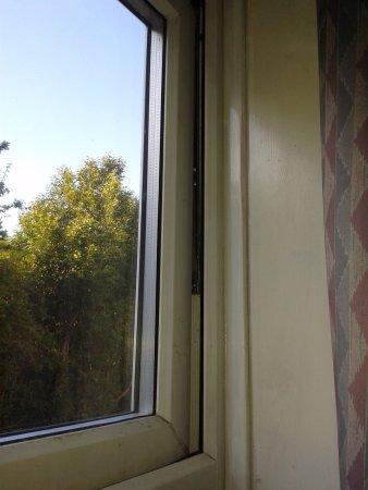 Great Shelford, UK: Window that had gap even though it was 'shut'
