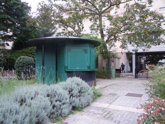 Kiosque d\'accueil et toilettes - Photo de Jardin Emile Gallé, Paris ...