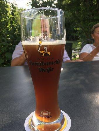 Heerlijk donker Bayerische bier in lokatie Postmunster Golf, Duitsland