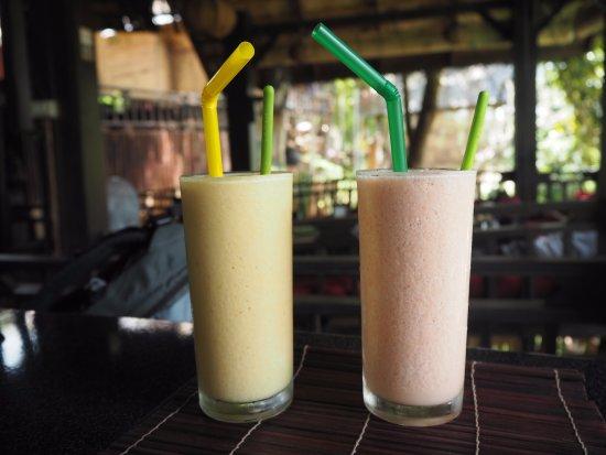 Dyen Sabai Restaurant: Mango smoothie and mixed fruit smoothie