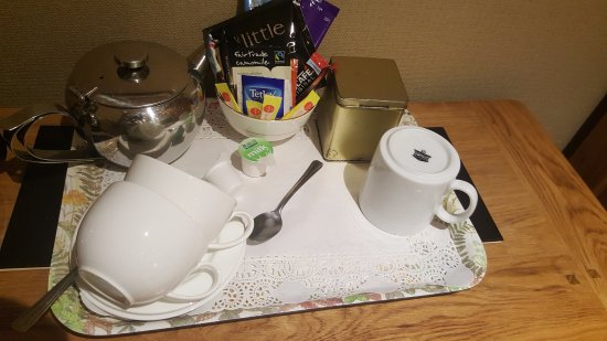 Llanddeiniolen, UK: Substandard tea tray selection