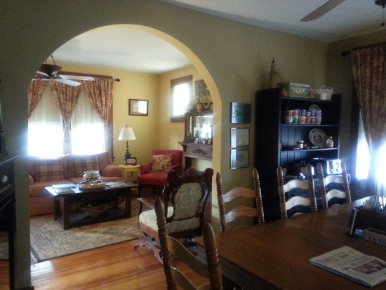 Washington, MO: Dining room and living room
