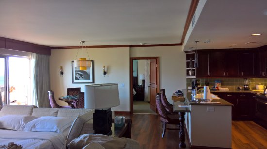 Grand Waikikian by Hilton Grand Vacations: Lounge, dining room (With bed settee made up)