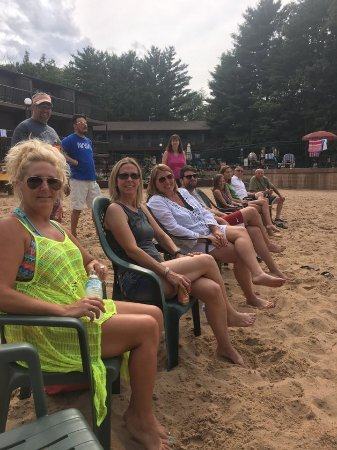 Baker's Sunset Bay Resort: Crowd lines up for beach volleyball!