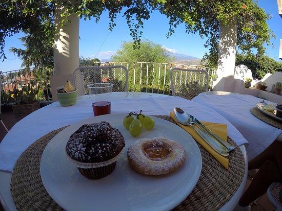B&B Villa Accademia: colazione vista etna