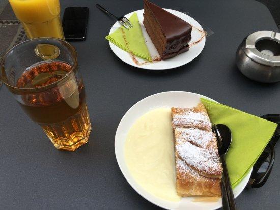 Strudel-Cafe Kröll: chocolate cake & apple strudel
