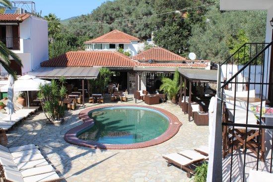 Green Park: Klein zwembad met op achtergrond het restaurant