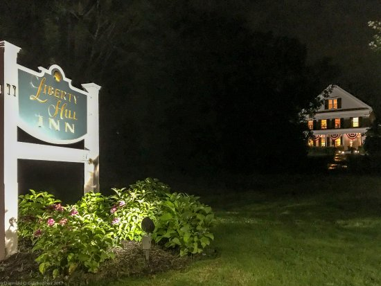 Yarmouth Port, Массачусетс: Liberty Hill Inn by night!