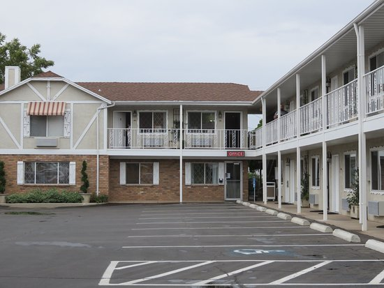 Chalet Motel: Motel - all rooms face the parking lot