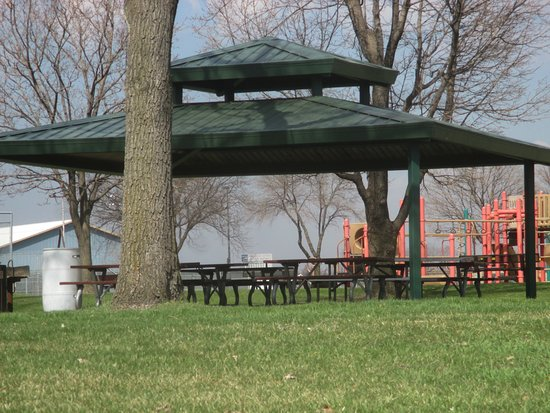 Brooklyn Center, MN: Covered picnic areas