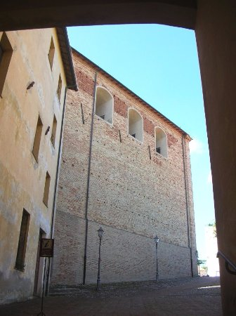 San Costanzo, Italy: Vista esterna navata sinistra