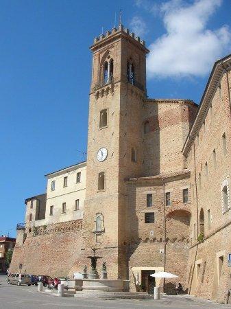 San Costanzo, Italy: Campanile e torre comunale