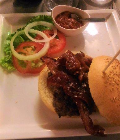 Doc - The Burger House: Hamburger di chianina con bacon e salsa piccante
