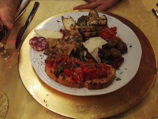 Agriturismo Terrenia: Gli antipasti. Ottimi!!! Il resto della cena non abbiamo fatto in tempo a fotografarlo!!!