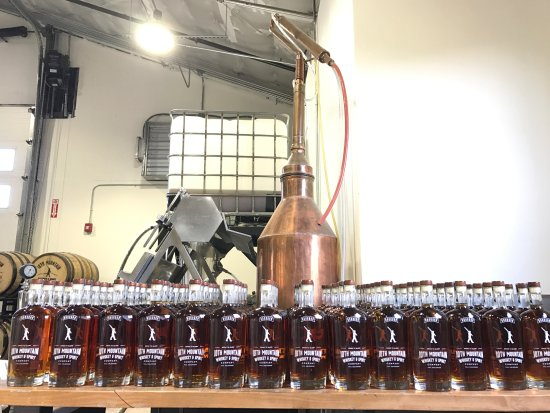 Gypsum, Колорадо: Bottling Bourbon Today!!
