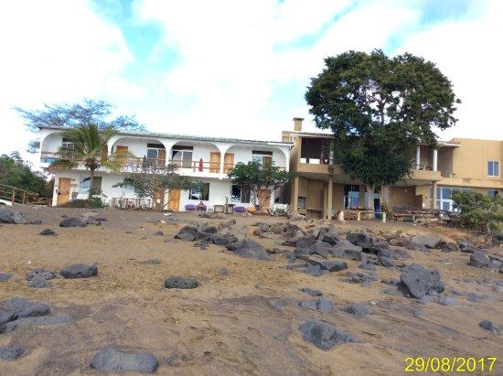 Floreana, Ecuador: panoramica dell'Hotel dalla spiaggia