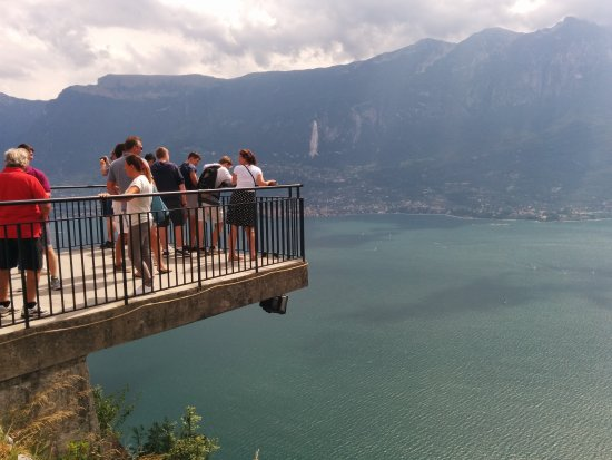 Vista Del Ristorante Con Terrazza A Picco Sul Lago