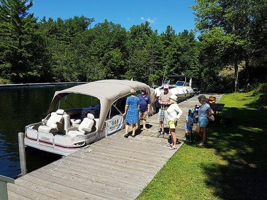 Elgin, كندا: 3 Lock Boat Cruise arriving at Jones Falls with Rideau Tours