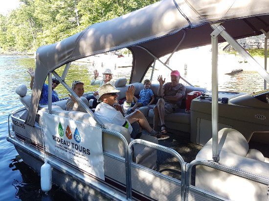 Elgin, Canadá: Happy guests aboard Rideau Tours pontoon