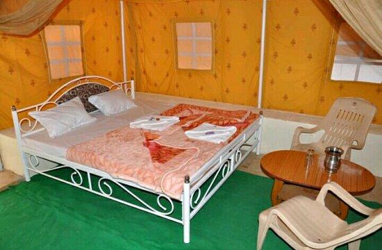 Mohin Desert Safari Camp: Bed room Swiss tent