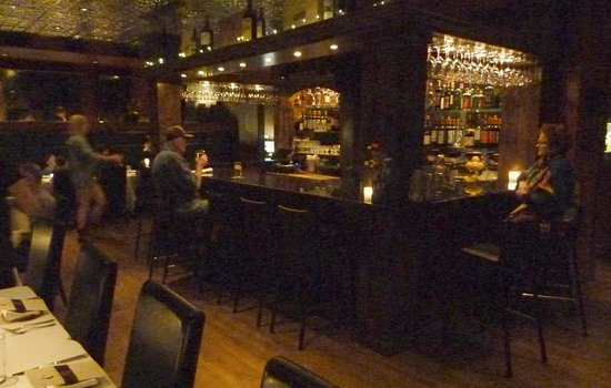 The Restaurant at White Buffalo Club: Bar in the center of the restaurant
