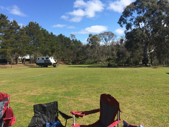 Sutton, Australia: spacious green camping area