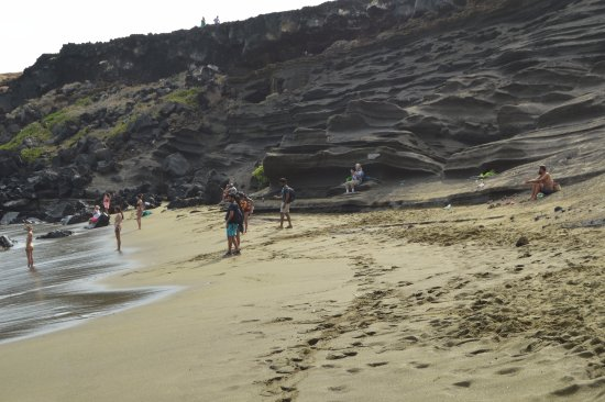 South Point (Ka Lae) und Green Sand Beach: Another cliff and view of Tom exercising while sitting. ha ha
