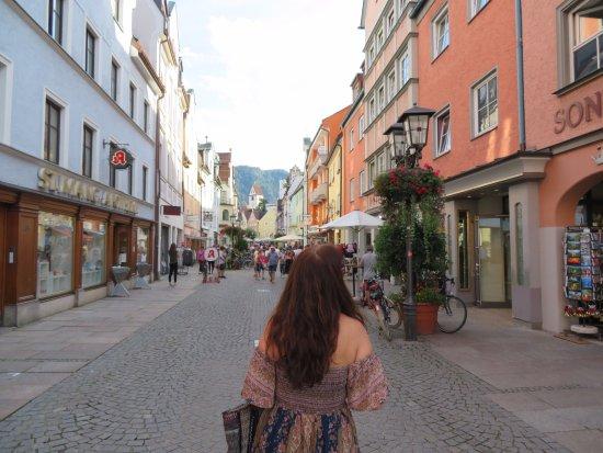 Hotel Sonne: Rua do Hotel com muitas lojas e restaurantes