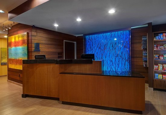 Fairfield Inn & Suites Fort Worth I-30 West Near NAS JRB: Front Desk