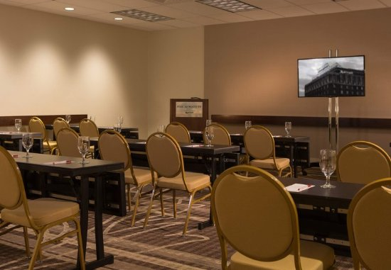 Peoria, IL: Meeting Space - Classroom Set-Up