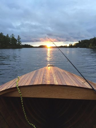 Monetville, Canada: Beautiful rental boat out fishing and enjoying the beautiful sunset :)