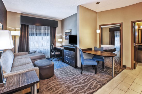 Centerville, OH: Exec Suite Living & Dining-Holiday Inn Express Dayton S. I-675