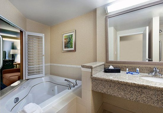 Elizabeth City, NC: Spa King Suite Bathroom