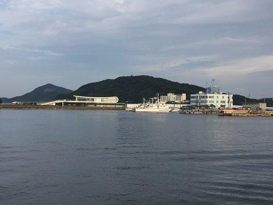 Shiojitei: 庭に出て海を撮影。曇り空でした。