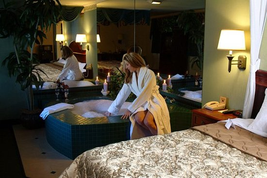 Dynasty Suites Redlands: Honeymoon Suite/Jacuzzi Suite