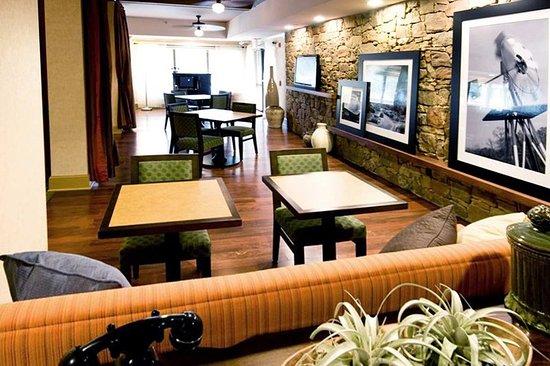 هامبتون إن أوستن - نورث ويست أربورتيوم: Hotel Lobby