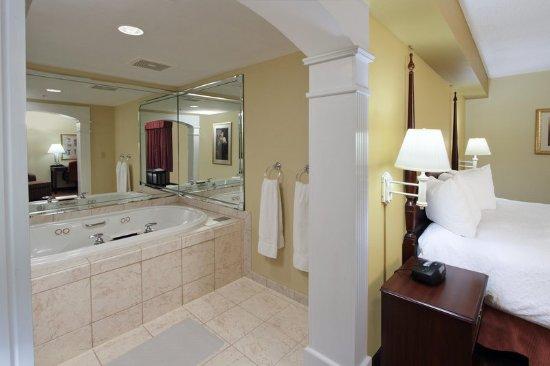 Jasper, IN: Suite Bathroom