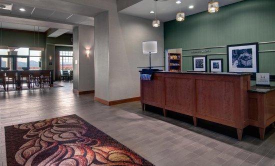 Hampton Inn & Suites Astoria: Front Desk