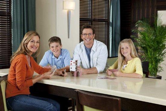 Hampton Inn & Suites Astoria: Family in Lobby