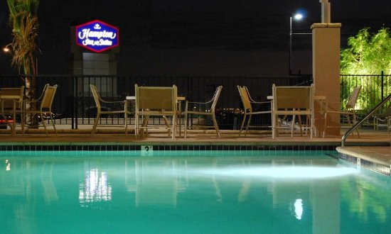 Hampton Inn & Suites Highland: Outdoor Pool at Night
