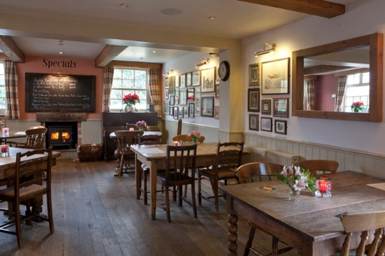 Oxney Gourmet Pie & Burger Bar: Lovely atmosphere, to be able to eat by the open fire....