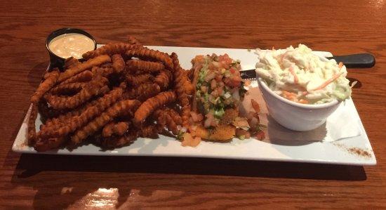 Lloydminster, Kanada: Cajun Grilled Salmon With Sweet Potato Fries And Coleslaw