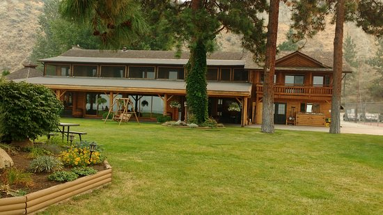 Naramata, Canadá: Main Lodge, looking from the water