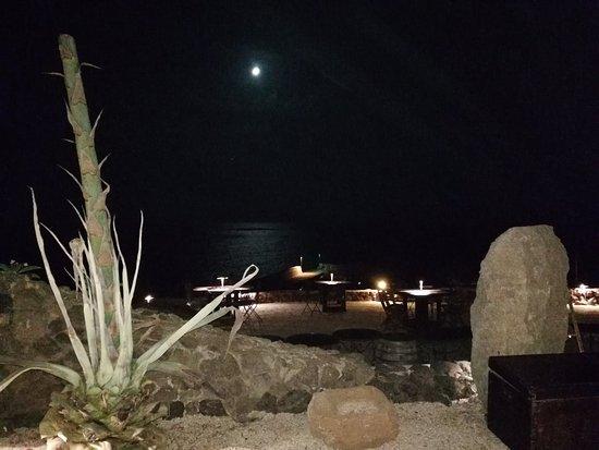 Luna piena sul porticciolo di Scauri illumina un suggestivo angolo dell'Osteria degli Artisti