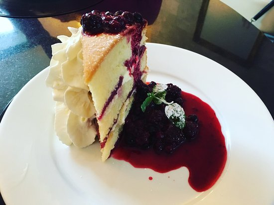 Prestwich, UK: Victoria sponge with fruit coulis and cream.