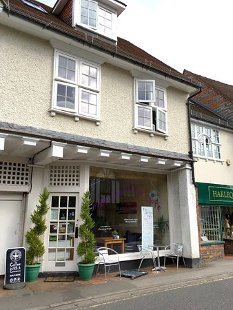 Pangbourne, UK: It looks the same as Food Kick, but the sign on the window now reads 'The Garden Cafe'