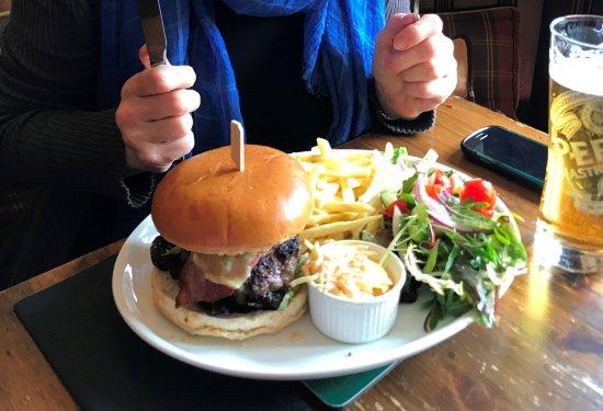The Robin Hood Inn: Χάμπουργερ με πατάτες