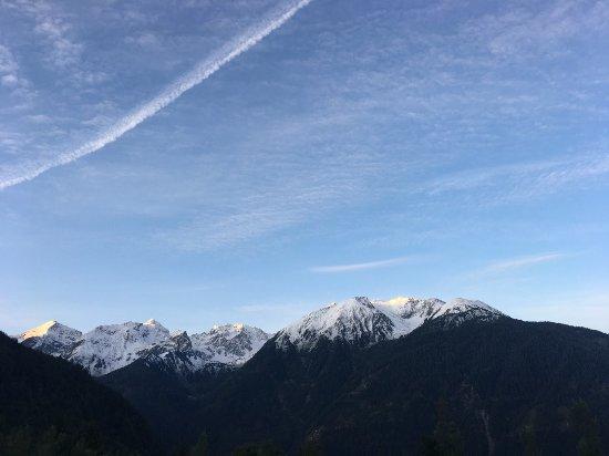 Jerzens, Avusturya: Blick in die Berge vom Zimmer - bei Sonnenaufgang.