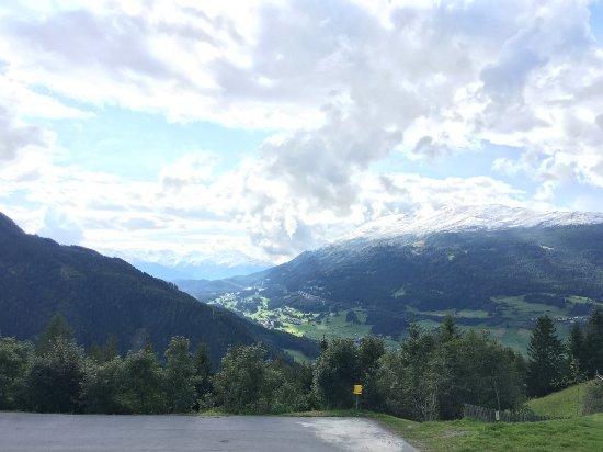 Jerzens, Austria: Blick ins Tal bei schönem Wetter. Skiparkplatz vor dem Haus.