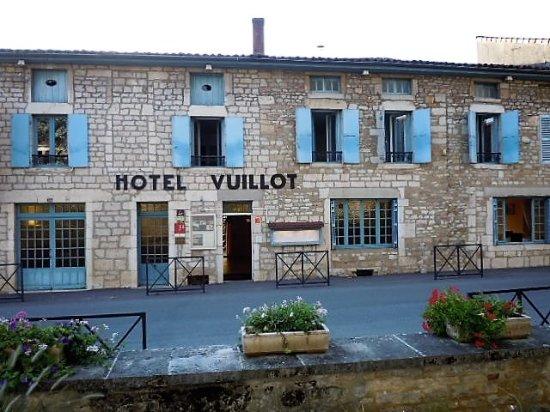Cuiseaux, France: entrée de l'hôtel restaurant côté rue